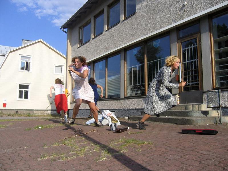 Kirsti Kojo: 'Pakotanssi kuolleesta kyläkaupasta'