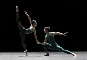 William Forsythe: In the Middle, Somewhat Elevated. Kuvassa Eun-Ji Ha ja Xiaoyu He. Kuvaaja Sakari Viika.