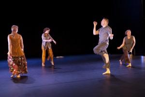 Tanssiryhmä Ikuna: Tanssien piirtyvä minä, kuvassa Raisa Vennamo, Pirjo Ahjo, Erja Asikainen, Jari Karttunen, kuva: Petri Laitinen