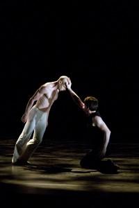 Incidence Choreographique: Bless - ainsi soit IL, kuvassa Aurélien Houette ja Erwan Leroux, kuva: Petri Laitinen