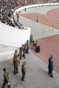 Vartijoita ylläpitämässä järjestystä Kim Il Sung stadionilla. Kuva: Vesa-Pekka Grönfors.