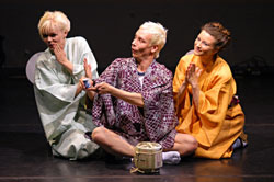 Matsuri, koreografia Nina Hyvärinen, kuvassa Pia Tavela, Tommi Haapaniemi ja Jenni Nikolajeff (kuva: Riikka Sundqvist)