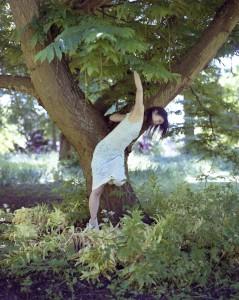Yuko Kominami teoksessaan. Kuva Annick Wolfers.