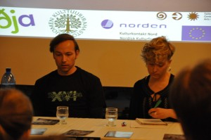 Samuli Roininen ja Jenni Sainio keskustelevat Tanssivirtaa Tampereella -festivaalilla tanssikirjoittamisesta Wiriting Movement -hnakkeeseen kuuluvassa paneelikeskustelussa. Kuva Anniina Kumpuniemi.