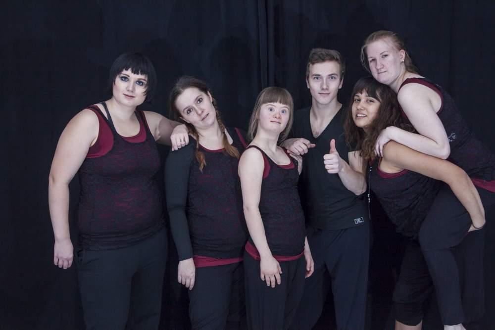Kuvassa Keskuspuiston ammattiopiston tanssilinjan nykyiset opiskelijat.