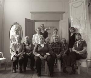 Anna-Maria Väisäsen luotsaamassa Morsiamet-teoksessa esiintyi seitsemän ikäihmistä Karttulan asumispalvelun yksiköistä Kuopiosta, sosiaalialan työntekijä sekä kolme ammattitanssijaa. Kuva: Tomi Paasonen.