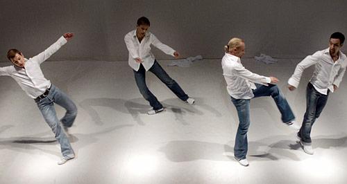 """The White Room (kor. Nigel Charnock), kuvassa Kai Lähdesmäki, Ville Sormunen, Harri Kuorelahti ja Unto Nuora (kuva: Tapio Vanhatalo)""""><p align="""